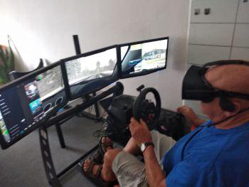 Závodní autotrenažer s VR Oculus